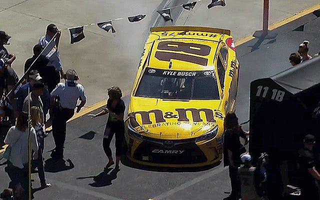 Kyle Busch ตีแฟนด้วยรถยนต์หลังจากชนกับ NASCAR Race