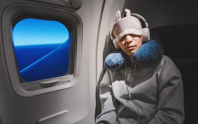飛行機の中で泣いている赤ちゃんの隣に座るのを避ける方法