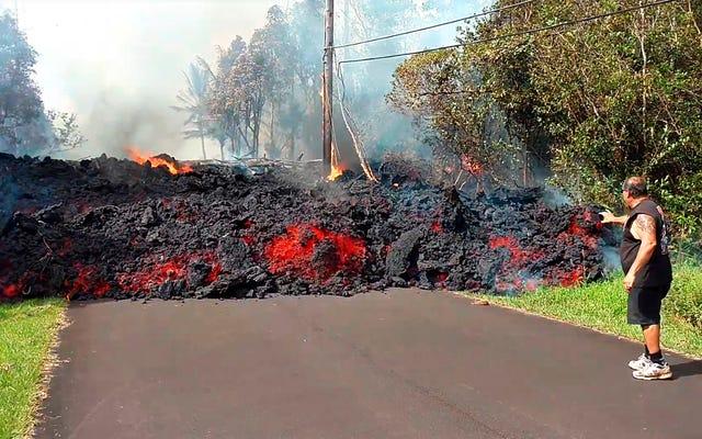 当局はハワイのキラウエア火山が爆発的に噴火する可能性があると警告し、17の亀裂が報告されました