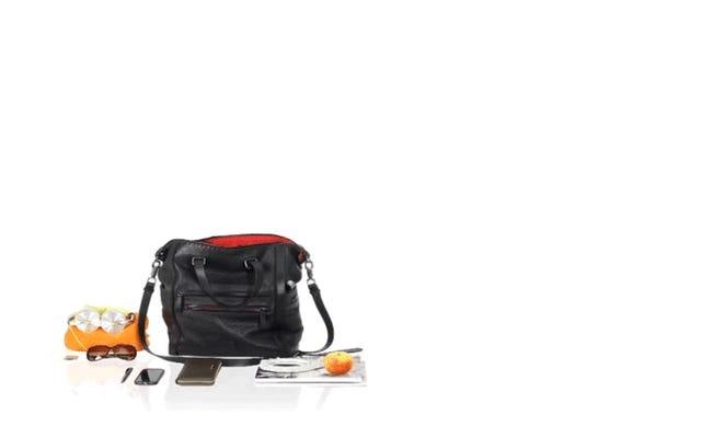 Anda Bisa Memasukkan Stroller Lipat Paling Ringkas di Dunia Menjadi Tas Bahu
