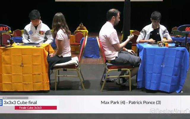 L'uomo risolve il cubo di Rubik in 5,4 secondi al campionato del mondo