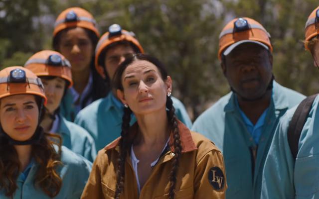 डेमी मूर कॉर्पोरेट पशु ट्रेलर में नरक से एक टीम-निर्माण अभ्यास का नेतृत्व करते हैं