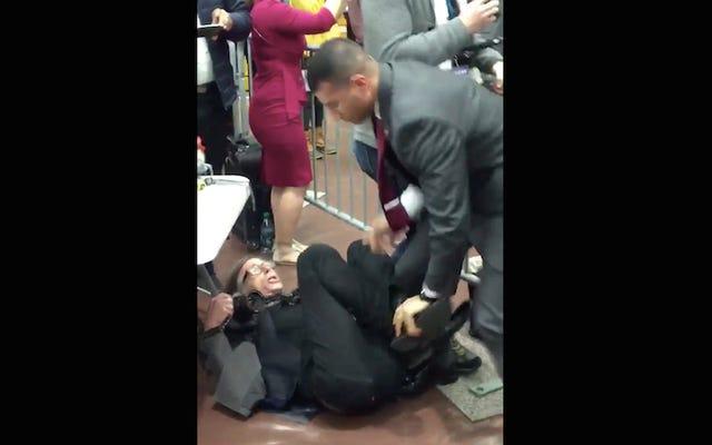 レポート:ドナルドトランプラリーでの警備員の「チョークスラム」レポーター