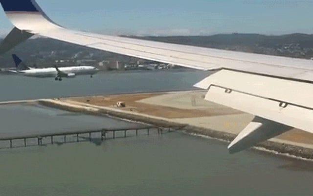 きちんとしたビデオは、2つのジェット旅客機が同時に並んで着陸することを示しています