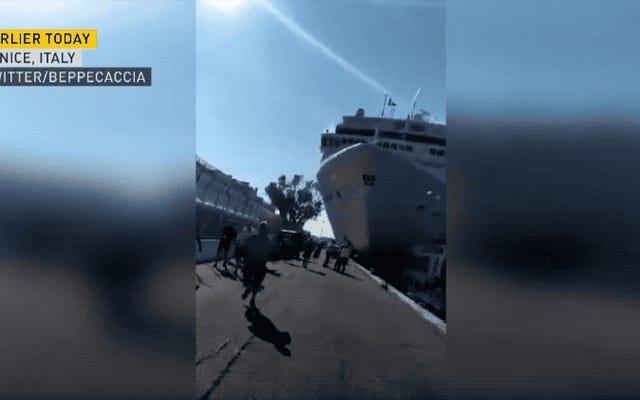 大規模なクルーズ船がヴェネツィアのドックを一掃するのを見る