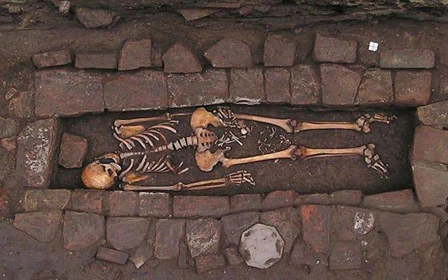 """Ein mittelalterliches Grab enthüllt das grausame Phänomen, das als """"Sarggeburt"""" bekannt ist."""