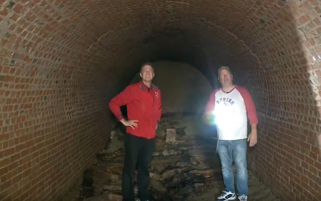 さらに別の奇妙な家の謎で、男は彼の家の下に19世紀のトンネルを発見しました