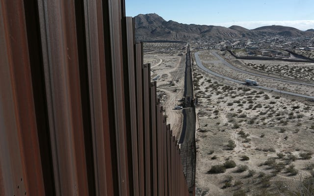 फेड मैक्सिकन सीमा की दीवार से लटकते हुए खरपतवार-गोफन गुलेल का पता लगाएं