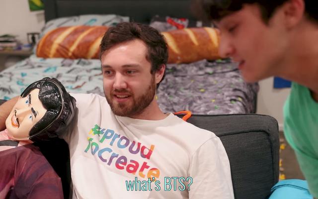 インターネットで寝室を飾らせた男は、変態の横にあるMinecraftのシーツで寝ています。PickleRick
