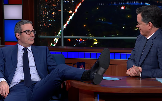 Il nuovo americano John Oliver dice a Stephen Colbert quanto sia spaventoso il test di cittadinanza statunitense