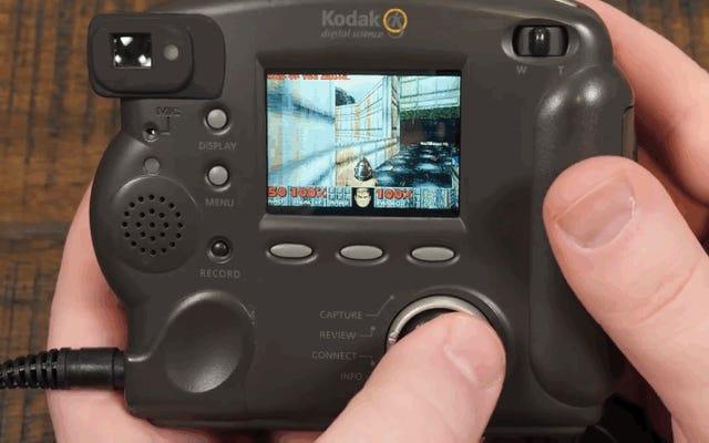 Udaje mu się zainstalować Dooma na aparacie cyfrowym Kodaka z 1998 roku i działa