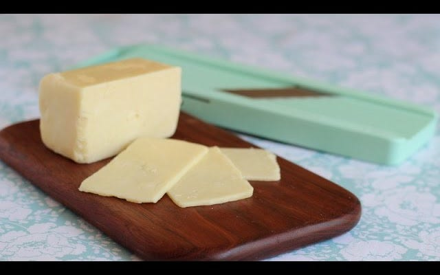 Por que você deve cortar queijo envelhecido e quebradiço com um cortador de mandolina
