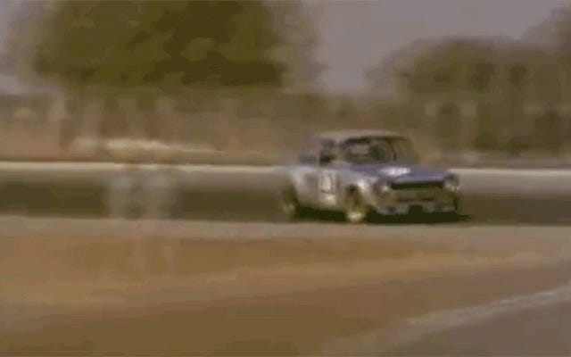 この小さなフォードエスコートは9,000RPMに泣きます