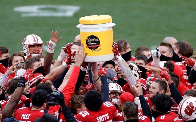 QB z Wisconsin nie upuścił trofeum Mayo Bowl, tandetna rzecz pękła mu w dłoni