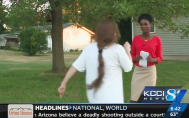 ウォッチ:女性がレポーターで人種差別的な暴言を投げかける:「F--kをここから出して、あなたは愚かなF--キングN--ger」