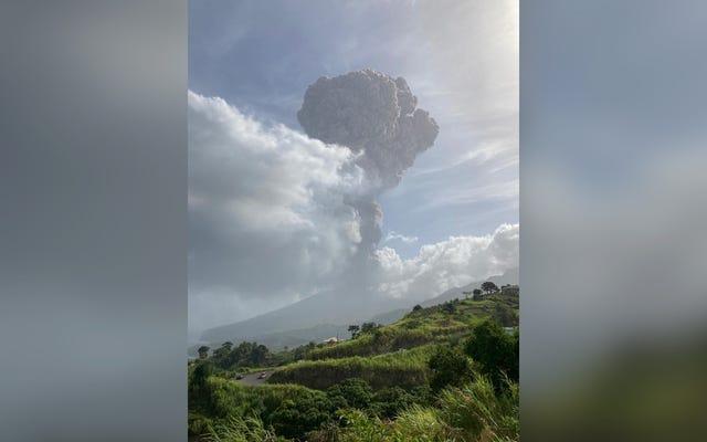 「爆発的噴火」は、スフリエール火山がカリブ海全体に灰を噴き出すようにセントビンセントを揺るがす