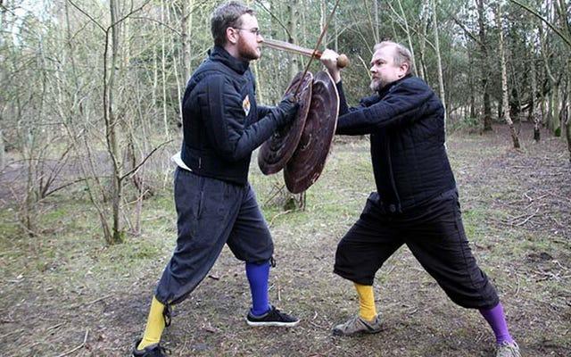 Naukowcy-obywatele odtwarzają techniki walki mieczem z epoki brązu, aby odkryć tajemnice starożytnej walki