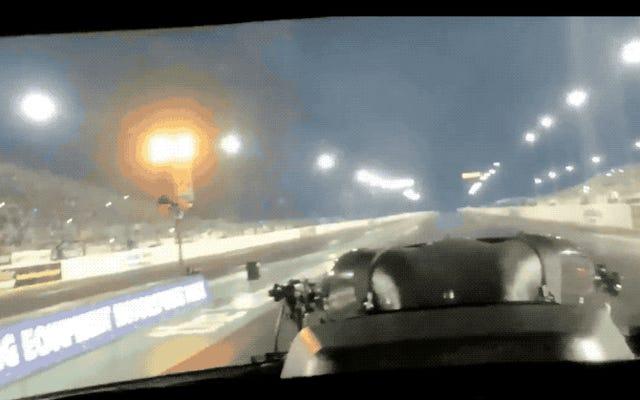 NHRA車での走行は非常に速いため、時間が歪んでいるように見えます