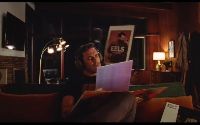 """Посмотрите, как Джона Хэмма лишают смысла в клипе EELS на """"Are We Alright Again"""""""