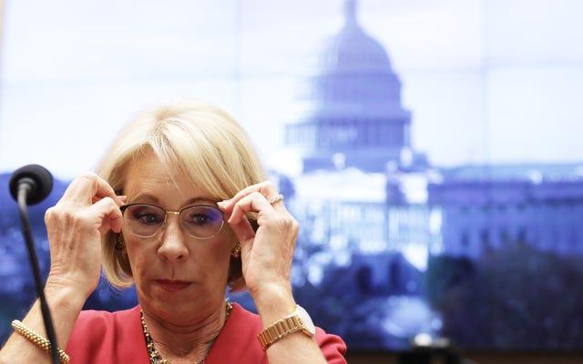 Le Sénat dit à Betsy DeVos `` Non, '' au sujet d'une règle qui rend l'allègement de la dette plus difficile