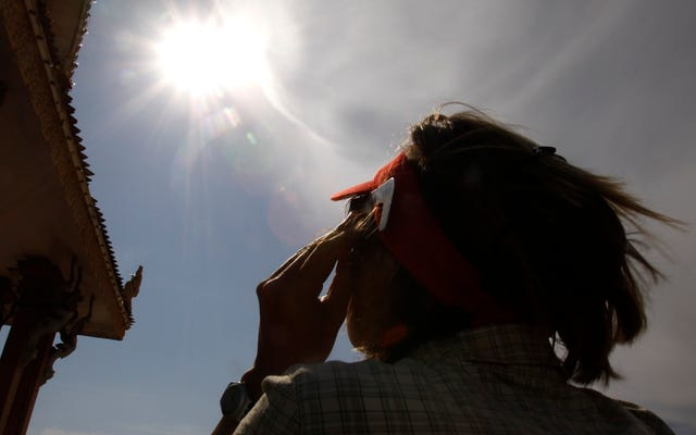 Un uomo anziano che ha subito danni permanenti agli occhi per aver visto un'eclissi solare è il miglior avvertimento per non farlo