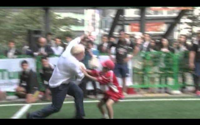 ロンドン市長は彼の古いトリックに戻って、ラグビーゲームで小さな男の子に轢きます