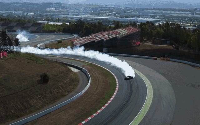 このフォードマスタングドリフトを見るF1サーキットは完全に魅惑的です