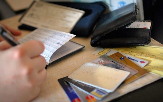 これらのお金の習慣があなたのクレジットスコアをどのくらい傷つける可能性があるか