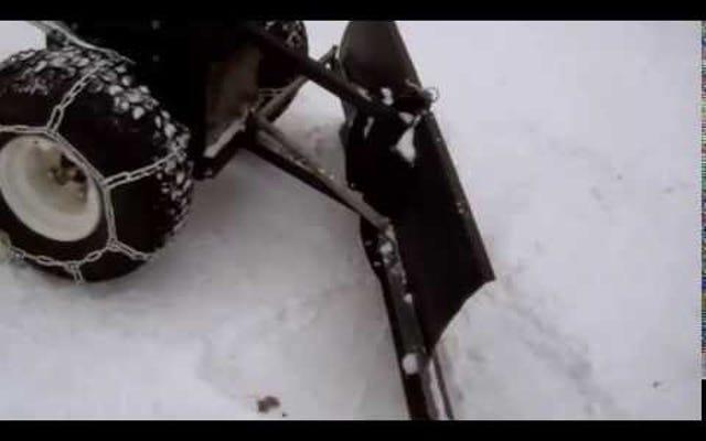 Combinez une souffleuse à neige et un tracteur de pelouse dans un chasse-neige de bricolage