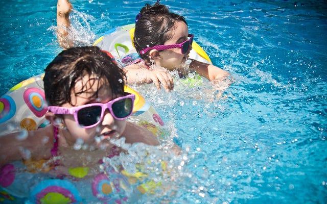 ドイツのライフガードは、プールで溺れる子供たちの異常な増加のために携帯電話中毒を非難します