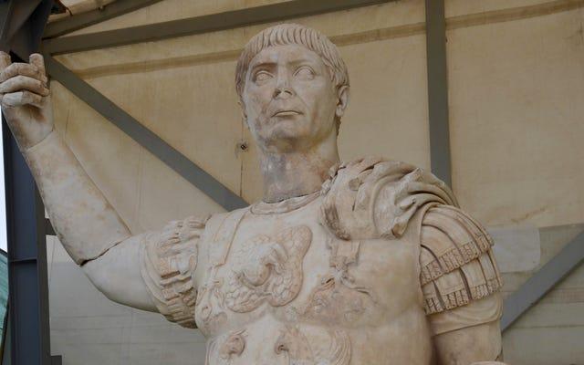 Oszałamiająca 10-stopowa statua rzymskiego cesarza znaleziona pod starożytną fontanną w Turcji