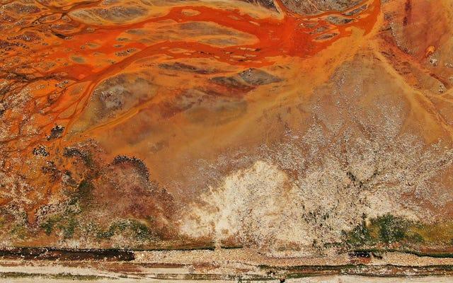 これは芸術作品ではありません。ゴミだらけの風景の航空写真です