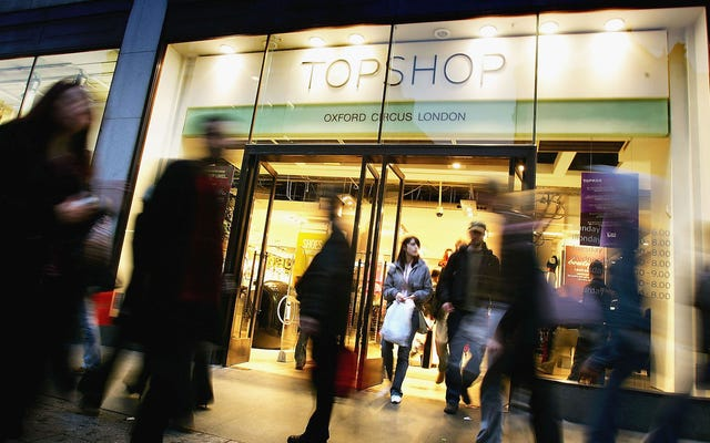 顧客は、Topshopがジェンダーニュートラルな更衣室ポリシーを支持する安っぽい仕事をしていると主張しています
