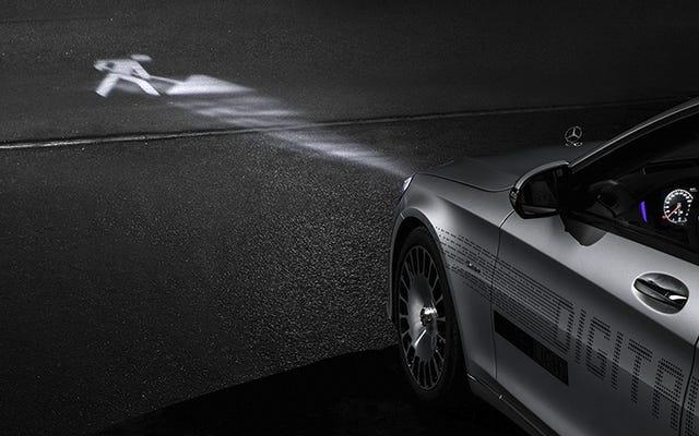 Los faros futuristas de Mercedes iluminan los símbolos de advertencia en la carretera y ya no son solo un concepto