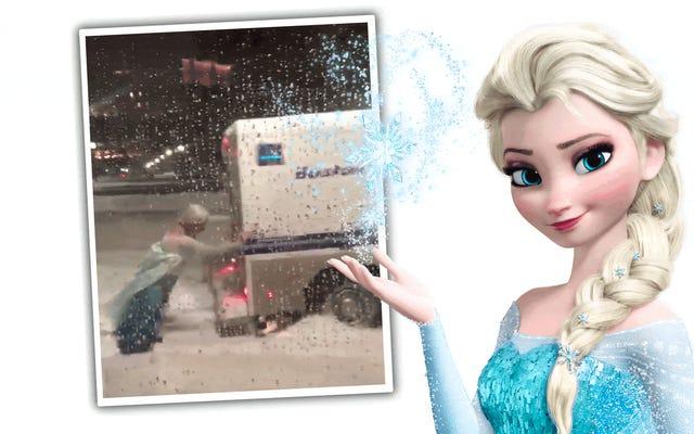 雪の中から立ち往生している警察のトラックを凍らせた突き出しからエルザに扮した男を見る