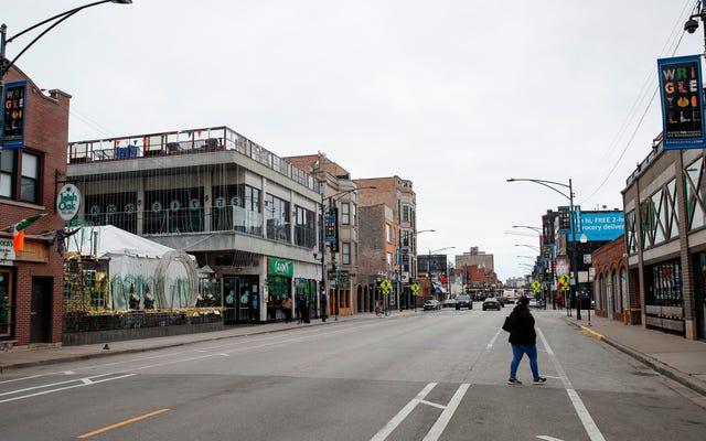 シカゴ市会議員は、彼のレストランを屋内ダイニングのために開いたままにしておくことで数千人の罰金に直面しています