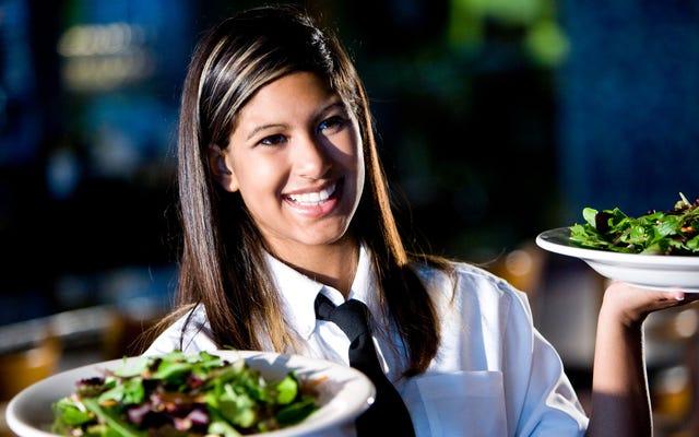 अध्ययन: सेवा-उद्योग के कार्यकर्ता अधिक पीते हैं क्योंकि वे पूरे दिन सकारात्मकता को बनाए रखते हैं