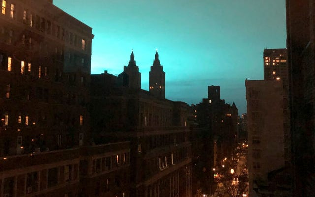 発電所の爆発後、奇妙な青い光がニューヨークの上空を覆っている