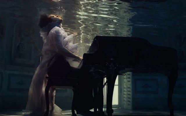 """Гарри Стайлс буквально топит свои печали в мрачном видеоклипе на """"Falling"""""""