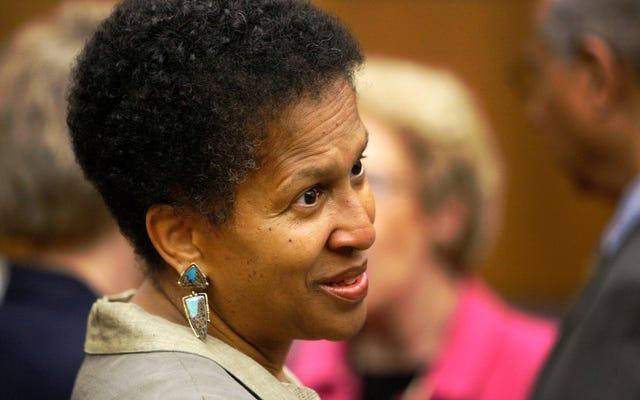 黒人女性のデボラ・ロビンソン裁判官は、マナフォート事件を審理します。BSの始まりを見る