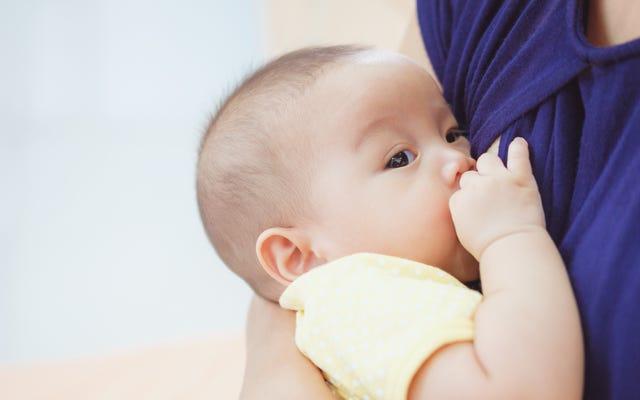 母親が別の母親の赤ちゃんを母乳で育てているという話がニュースイベントになる理由はここにあります