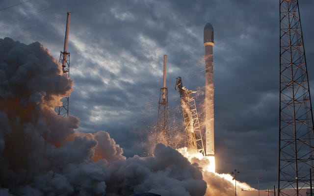 SpaceXがFalcon9ロケットをライブで打ち上げる5回目の試みをご覧ください。これにより、現実の本質に疑問を投げかけることができます[更新]