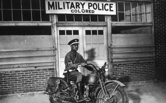 第二次世界大戦からの醜い事件で、白人の兵士が黒人の兵士に宣戦布告した