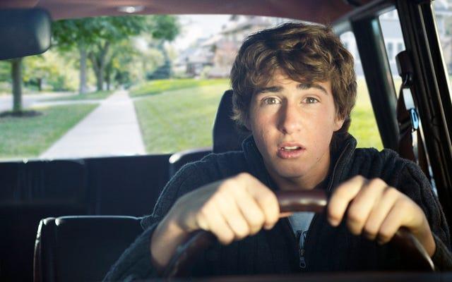 Nuovo guidatore nervoso che rimarrà sui marciapiedi finché non sarà più sicuro di sé
