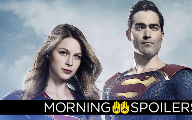 スーパーマンがスーパーガールで飛行する準備をするを参照してください