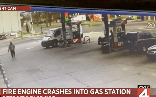 2台の消防車が2年で同じガソリンスタンドに衝突し、地元のニュースがサッカーの試合のように語ります