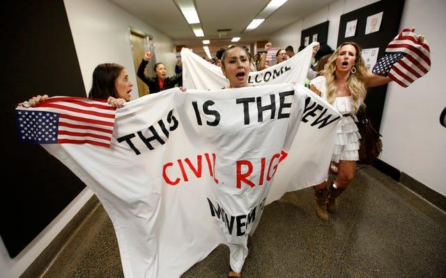 'We Shall Over-WHOMST?' Anti-Vaxxers Kulit Putih Mengkolonisasi Retorika Hak Sipil dalam Protes California