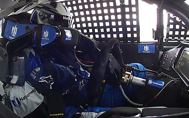 แน่นอนว่าเจฟฟ์กอร์ดอนสามารถขับรถแข่งด้วยเข่าของเขาขณะที่เขาคาดเข็มขัด