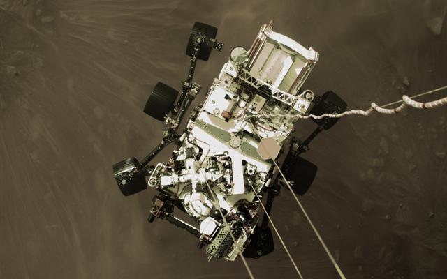 На `` волнующей '' фотографии показан марсоход с упорством, спускаемый на поверхность Марса