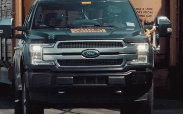 フォードは500トンの列車を牽引することによってその電気F-150ピックアップの力を示します